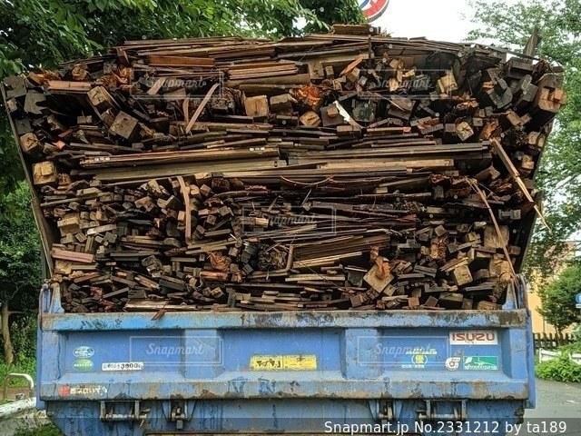 廃材をつんだトラックの写真・画像素材[2331212]