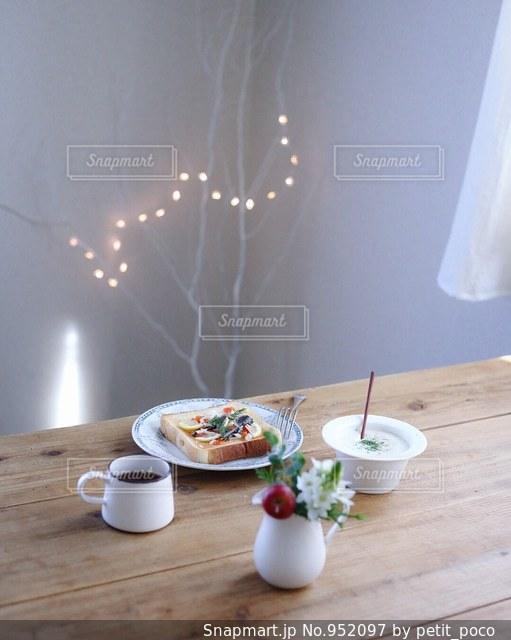 オイルサーディンとサーモンのトーストの写真・画像素材[952097]