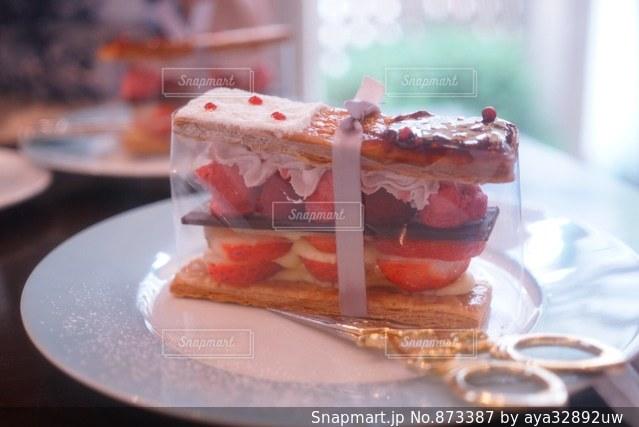 近くに皿の上のケーキのスライスのアップの写真・画像素材[873387]