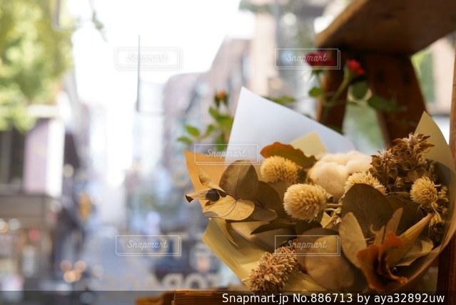 テーブルの上の花の花瓶 - No.886713