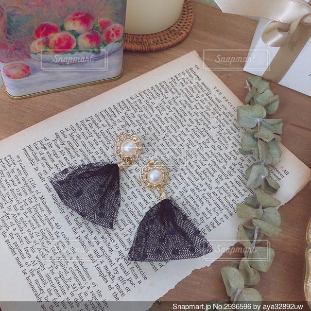 木製のテーブルの上に座っているケーキの写真・画像素材[2936596]