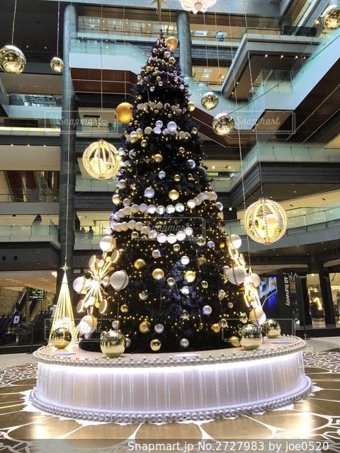 グランフロント大阪のクリスマスツリー2019縦の写真・画像素材[2727983]