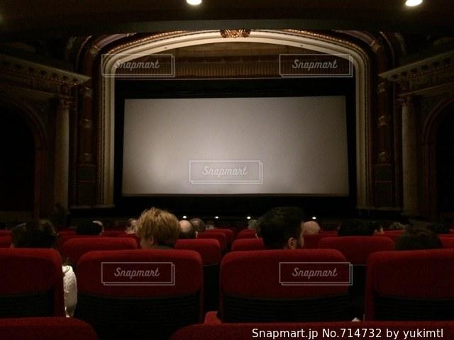 クラッシックな劇場で映画観賞の写真・画像素材[714732]