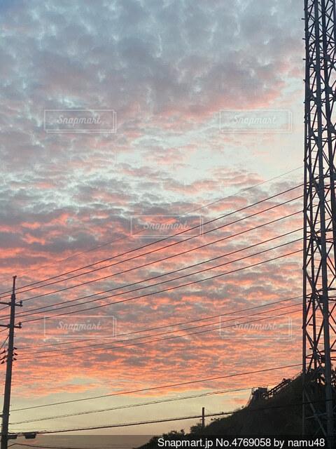 夕日を背景にした大きな塔の写真・画像素材[4769058]