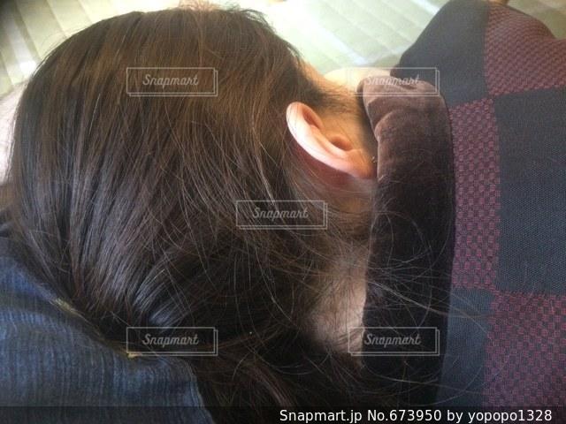 寝姿 女性 後ろ寝姿 ねんね リラックス おやすみの写真・画像素材[673950]