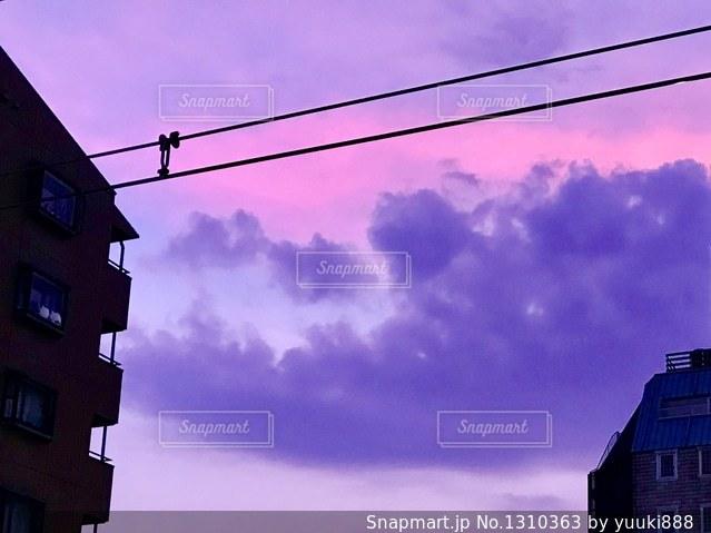 紫がかった夕焼けの写真・画像素材[1310363]