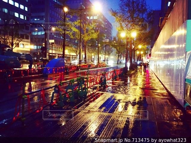 街の通りは夜のトラフィックでいっぱいの写真・画像素材[713475]