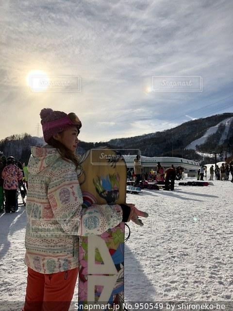 雪の中に立っている人々 のカップルの写真・画像素材[950549]