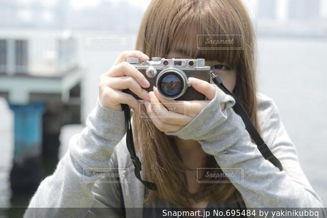 ライカを構える女性の写真・画像素材[695484]