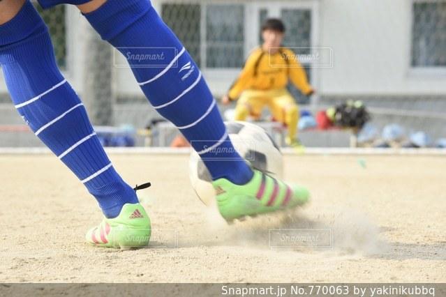 サッカー ボール を 蹴る 瞬間の写真・画像素材[770063]