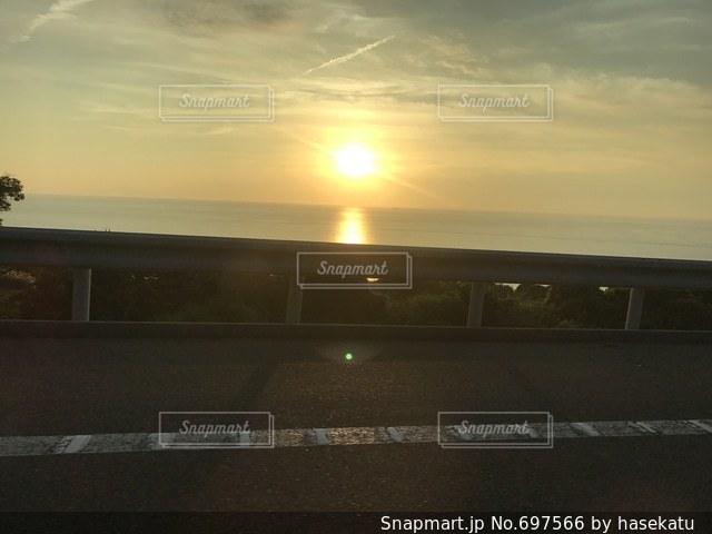 夕陽 景色 綺麗 海 山 地平線の写真・画像素材[697566]