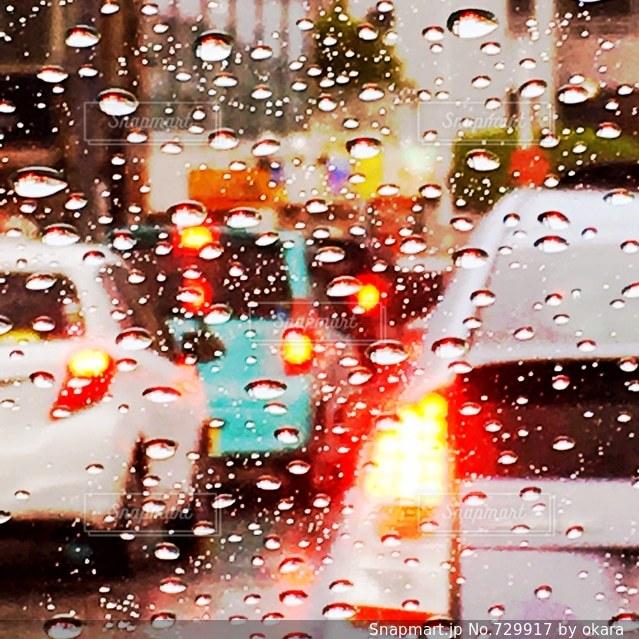 雨の日の道路の写真・画像素材[729917]
