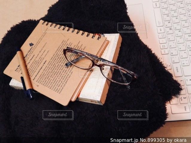 机の上に座って黒い熊の写真・画像素材[899305]