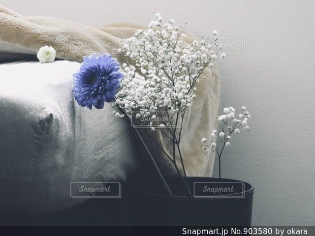 テーブルの上に座って花の花瓶の写真・画像素材[903580]
