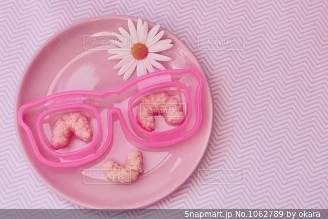 皿の上のケーキの一部の写真・画像素材[1062789]