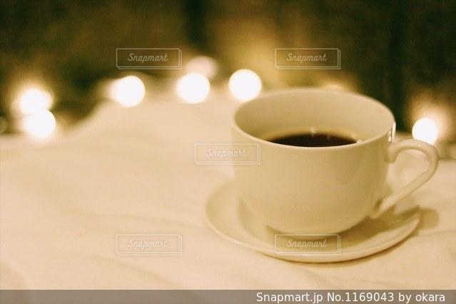テーブルの上のコーヒー カップの写真・画像素材[1169043]