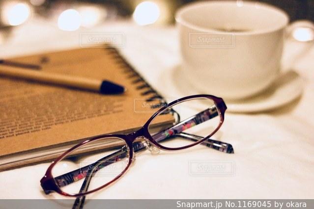 近くのテーブルに座ってコーヒー カップの写真・画像素材[1169045]