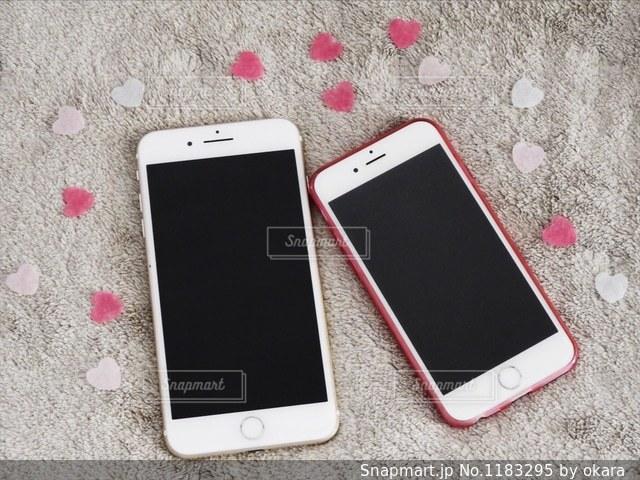 テーブルの上に横たわる携帯電話の写真・画像素材[1183295]