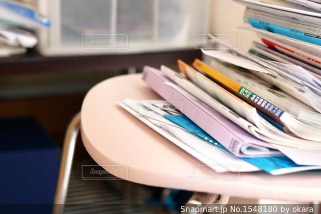 本を机の上に座っています。の写真・画像素材[1548180]