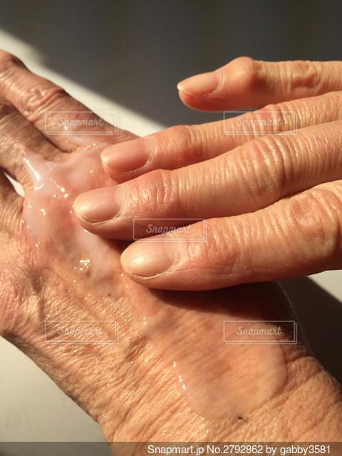 シニア女性乳液をつけるの写真・画像素材[2792862]