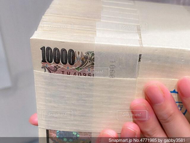 1000万円の札束を持つ人の写真・画像素材[4771985]