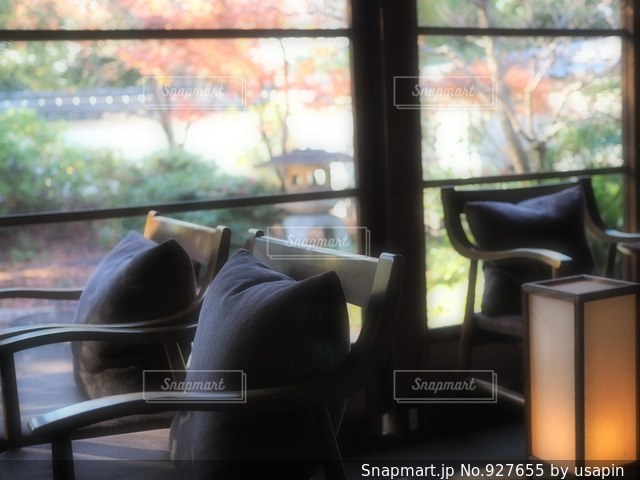 リビング ルームの家具と大きな窓いっぱいの写真・画像素材[927655]