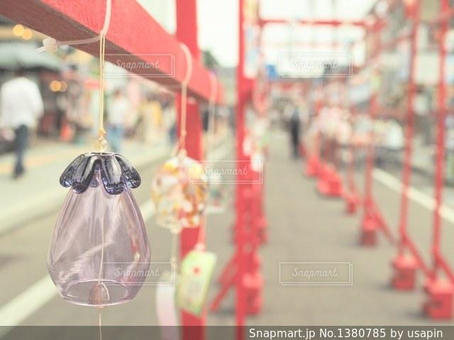 赤と白の傘の写真・画像素材[1380785]