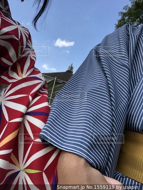 赤と白のストライプのシャツを着ている人の写真・画像素材[1559119]