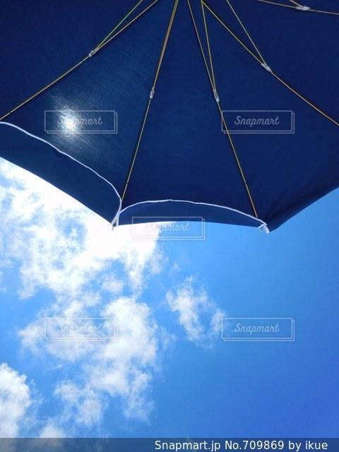 曇りの日に青い傘の写真・画像素材[709869]
