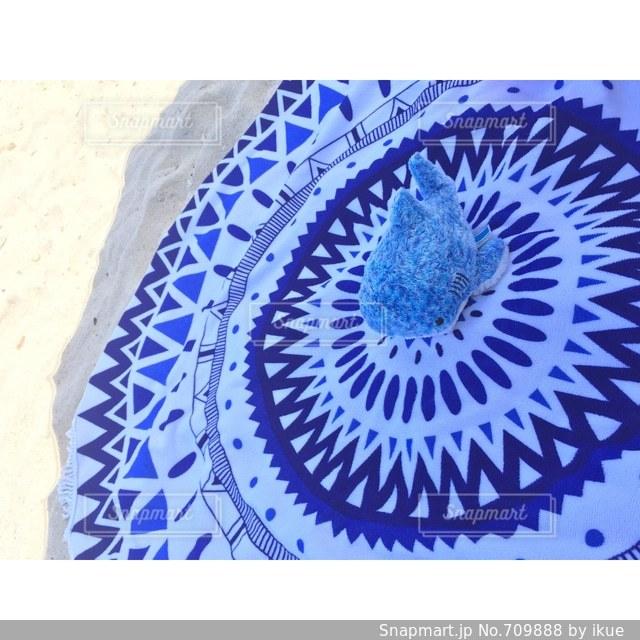 近くに青い背景のアップの写真・画像素材[709888]