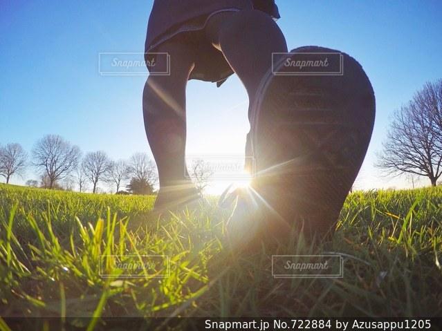 草の中に立っている人 - No.722884