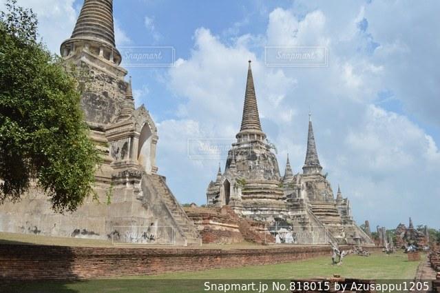 大規模な石造りの教会の前の芝生と建物の写真・画像素材[818015]