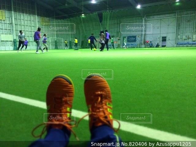 草の中に座っているテニス プレーヤーの写真・画像素材[820406]