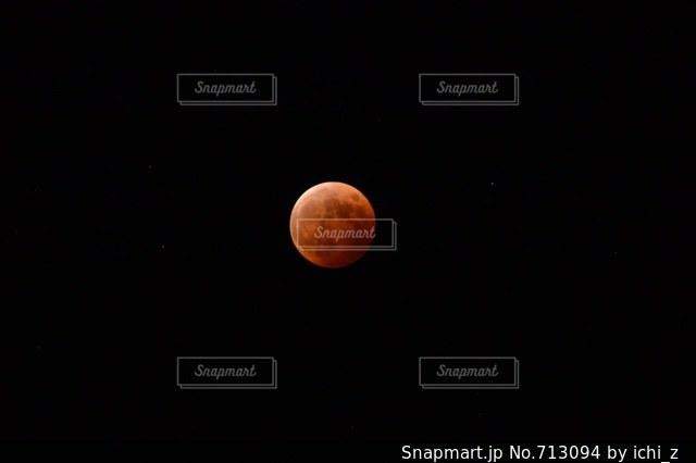 赤い月の写真・画像素材[713094]