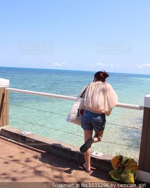 海を眺める女性の写真・画像素材[1031296]