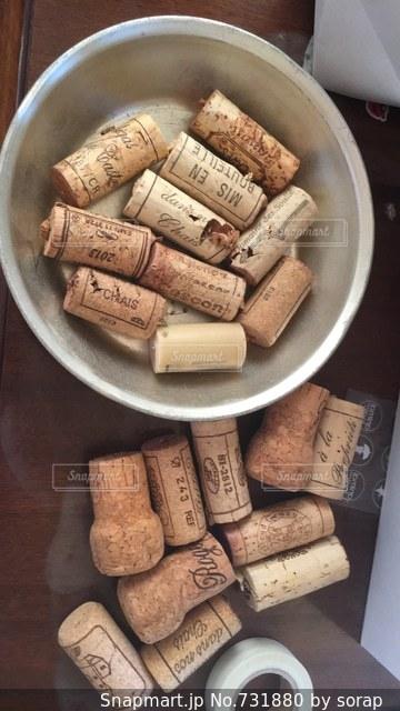 木製のテーブルの上に食べ物の種類でいっぱいのボックスの写真・画像素材[731880]