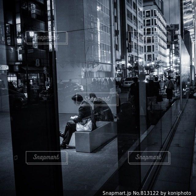 都市の歩道上の人々 のグループの写真・画像素材[813122]