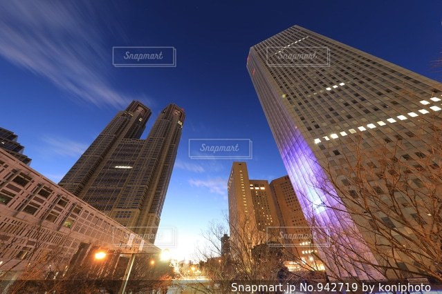 夜の都庁と高層ビルの写真・画像素材[942719]