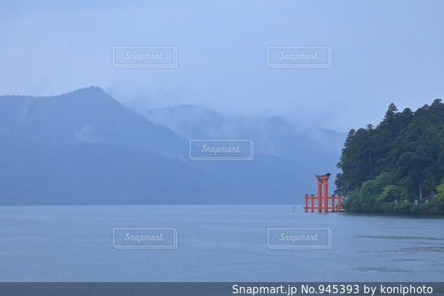 湖に浮かぶ鳥居の写真・画像素材[945393]