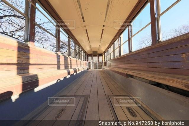 木製ベンチの鉄道車両の写真・画像素材[947268]