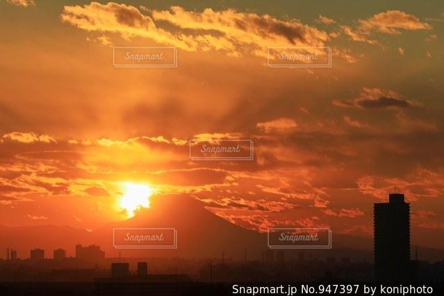 夕焼け空とシルエットの建物と富士山の写真・画像素材[947397]