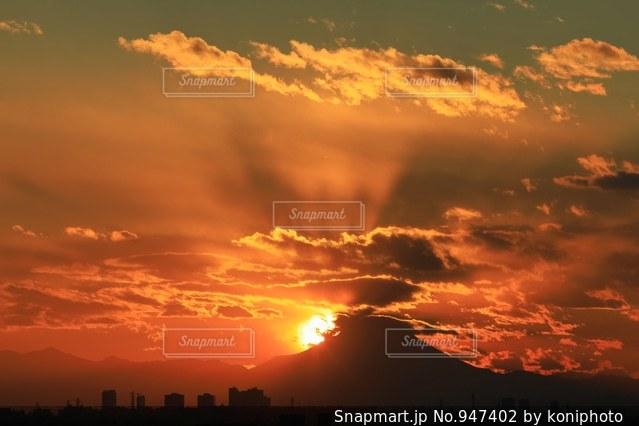夕焼け空に浮かぶ雲と富士山の写真・画像素材[947402]