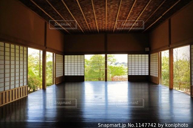 庭園を一望する日本屋敷部屋の写真・画像素材[1147742]