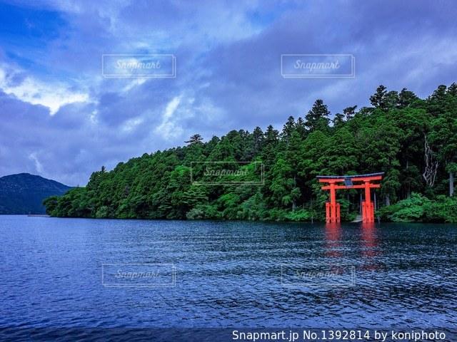 芦ノ湖にある鳥居の写真・画像素材[1392814]