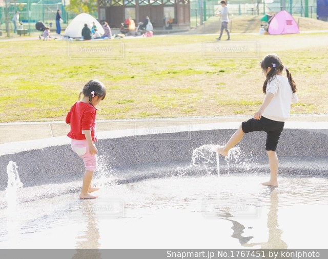 水遊びする子どもたちの写真・画像素材[1767451]