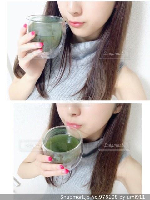 青汁を持つ女性の写真・画像素材[976108]