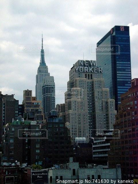 背景の高層ビル街の景色の写真・画像素材[741630]