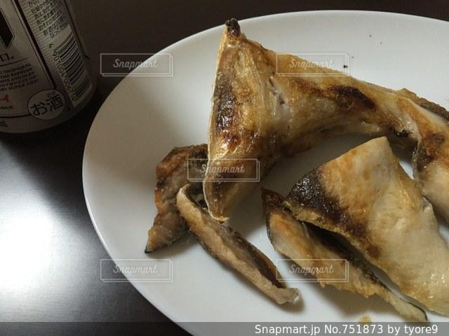 テーブルの上に食べ物のプレートの写真・画像素材[751873]