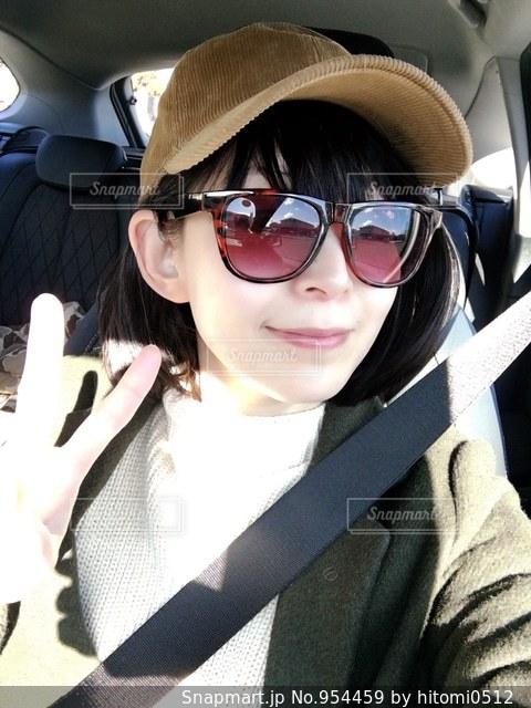 帽子とサングラスを身に着けている女性の写真・画像素材[954459]