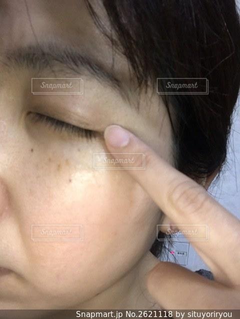 目のスキンケアをするおばさんの写真・画像素材[2621118]
